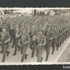 Fotografía antigua: ANTIGUA FOTOGRAFIA DESFILE MILITAR. Lote 194778910