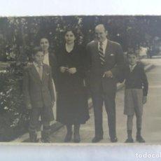Fotografía antigua: FOTO DE FAMILIA EN EL PARQUE DE MARIA LUISA DE SEVILLA, NIÑOS CON PANTALONES CORTOR. Lote 194927792