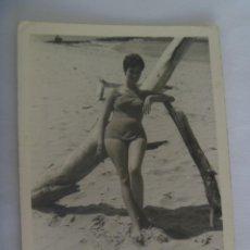 Fotografía antigua: FOTO DE SEÑORITA EN BAÑADOR EN LA PLAYA. Lote 194932040