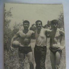 Fotografía antigua: FOTO DE JOVENES CON PELOTA, DOS CON CAMISETAS DE TIRANTAS Y BAÑADOR. Lote 194956680
