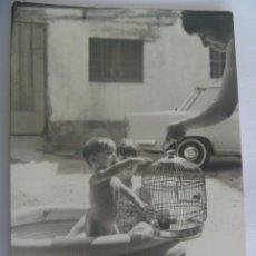 Fotografía antigua: FOTO DE NIÑO TAL SE VE EN UNA PISCINA HINCHABLE CON JAULA Y PAJARITO. Lote 194962362