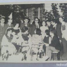 Fotografía antigua: FOTO DE JOVENES DE FIESTA, DISFRAZADOS, ETC. ... 12 X 18 CM. Lote 194965085