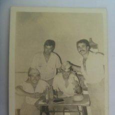 Fotografía antigua: FOTO DE MILITARES EN EL CUARTEL CON BOTELLINES DE FANTA. Lote 194965802