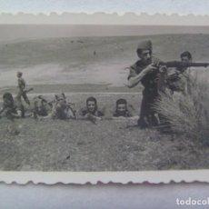 Fotografía antigua: FOTO DE MILITARES JUGANDO A LA GUERRA, CON FUSILES, ETC. APUNTANDO AL FOTOGRAFO. Lote 195041372