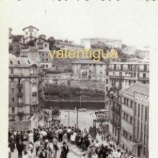 Fotografía antigua: FANTÁSTICA FOTOGRAFÍA. SUBIDA A LA PLAZA, SAN SEBASTIAN. LOUIT CHOCOLATES AÑOS 50-60 SB. Lote 195043527