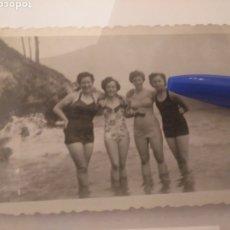 Fotografía antigua: FOTOGRAFÍA MUJERES EN BAÑADOR EN LA PLAYA. ASTURIAS. DUBOSO, ÓPTICA.. Lote 195056280