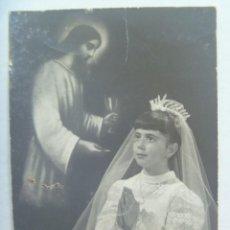 Fotografía antigua: PRECIOSA FOTO DE ESTUDIO DE NIÑA DE PRIMERA COMUNION EN ESTAMPA. SEVILLA, 1966. FOTO HENRY. Lote 195060120