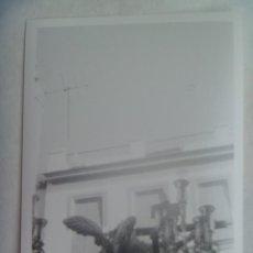 Fotografía antigua: SEMANA SANTA DE SEVILLA : FOTO DE UN PASO CON CRISTO CRUCIFICADO Y ANGEL. Lote 195105663