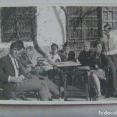 Fotografía antigua: FOTO DE FAMILIA EN EL VELADOR DE UN BAR. Lote 195120460