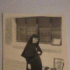 Fotografía antigua: ANTIGUA FOTOGRAFIA.MONJA JUNTO A TOCADISCOS.PICK-UP AÑOS 60. Lote 195143957