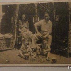 Fotografía antigua: ANTIGUA FOTOGRAFIA.FAMILIA EN LA PLAYA. CADIZ 1947. Lote 195144048