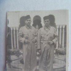 Fotografía antigua: FOTO DE MILITARES DE REGULARES CON MONO Y TARBUSH. ALCAZARQUIVIR, 1949. Lote 195147895
