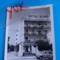 Fotografía antigua: FOTO DEL HOTEL ALOHA EN BURRIANA ( CASTELLON ) CON UN SEISCIENTOS EN SU PUERTA - JULIO 1967. Lote 195182556