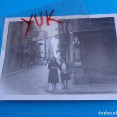 Fotografía antigua: RARA FOTO DE CALLE DE CASTELLON O VALENCIA 1977 CON LA CHAPA DE NETOL EN TIENDA DROGUERIA CATALANA. Lote 195183002