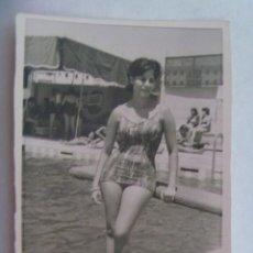 Fotografía antigua: FOTO DE SEÑORITA EN BAÑADOR EN LA PISCINA, 1963. AL FONDO CARTEL PUBLICIDAD DE PEPSI-COLA. Lote 195198388