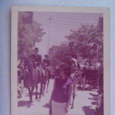 Fotografía antigua: FOTO DE SEÑORITA EN LA FERIA , EN EL PRADO, COCHE DE CABALLOS, JINETES, ETC. Lote 195199607