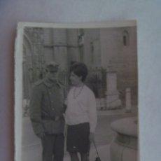 Fotografía antigua: FOTO DE PAREJA, ÉL MILITAR CABO DE ARTILLERIA. DETRAS LA CATEDRAL DE SEVILLA. Lote 195205702