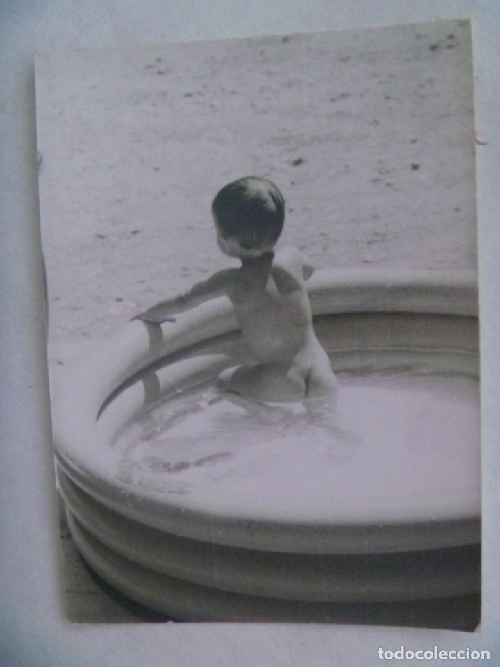 FOTO DE NIÑO TAL SE VE EN UNA PISCINA HINCHABLE (Fotografía Antigua - Fotomecánica)