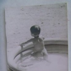 Fotografía antigua: FOTO DE NIÑO TAL SE VE EN UNA PISCINA HINCHABLE. Lote 195223947