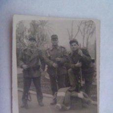 Fotografía antigua: FOTO DE MILITARES CON EQUIPO , MANTA , FUSIL, ETC. 1960. Lote 195234861