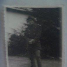 Fotografía antigua: FOTO DE MILITAR EN POSICION DE DESCANSO CON FUSIL MAUSER. JEREZ, 1960 ---- NITIDA. Lote 195249272