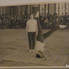 Fotografía antigua: ANTIGUA FOTOGRAFIA.EJERCICIO DE GIMNASIA.FOTO VILCHES SEVILLA 1964. Lote 195331333