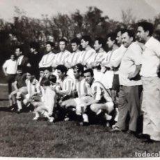 Fotografía antigua: ANTIGUA FOTO EQUIPO FUTBOL CAMPO CESPED NATURAL . Lote 195339381