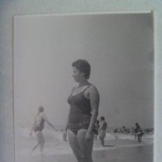 Fotografía antigua: FOTO DE SEÑORITA EN BAÑADOR EN LA PLAYA. Lote 195448317