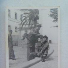 Fotografía antigua: FOTO DE MILITARES EN EL CUARTEL, UNO PEINANDO O AFEITANDO A OTRO. JEREZ, 1960. Lote 195451015