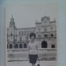Fotografía antigua: BONITA FOTO DE SEÑORITA EN LA PLAZA DE ESPAÑA DE SEVILLA, 1962. DE QUILES, SEVILLA. Lote 195493383