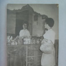 Fotografía antigua: BONITA FOTO DE SEÑORITA REFLEJADA EN EL ESPEJO DE UN APARADOR. DE QUILES, SEVILLA. Lote 195498126