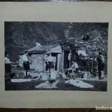 Fotografía antigua: FOTOGRAFÍA GRUPO DE EXCURSIONISTAS EN UN REFUGIO DE MONTAÑA.. Lote 195511558