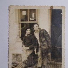 Fotografía antigua: HOMBRES POSANDO FRENTE A BODEGA EN GALICIA 10CMX7CM. Lote 195597108