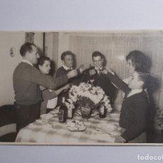 Fotografía antigua: FAMILIA BRINDANDO URUGUAY 8CMX13CM. Lote 195597170