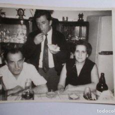 Fotografía antigua: POSADO EN COMIDA FAMILIAR URUGUAY 11,5CMX8,5CM. Lote 195597196