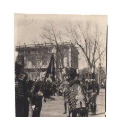 Fotografía antigua: MADRID.- CABALLERÍA. HUSARES DE LA PRINCESA JURANDO A LA BANDERA.11,5X16.. Lote 195933128