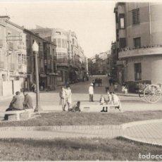 Fotografía antigua: CALAHORRA.(LA RIOJA).- GLORIETA DE JOSE ANTONIO Y CALLE DE LOS MARTIRES. 23,5X17.. Lote 196005001