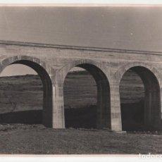 Fotografía antigua: FERROCARRIL.- ZAFRA.(BADAJOZ) A HUELVA. VIADUCTO MORIANO. 3 ARCOS 10 METROS DE LUZ. 24X17. Lote 196013130