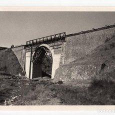 Fotografía antigua: FERROCARRIL.- ZAFRA.(BADAJOZ) A HUELVA. VIADUCTO ALAJAR. ARCO 16 METROS DE LUZ. 24X17. Lote 196013293