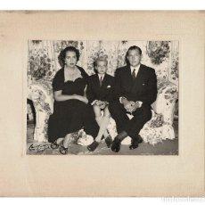Fotografia antica: JUAN DE BORBÓN Y BATTENBERG, MARÍA MERCEDES DE BORBÓN Y ORLEANS Y JUAN CARLOS I. 33,5X29.FOTO CAMPÚA. Lote 196547531