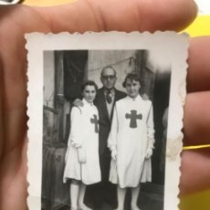 Fotografía antigua: ANTIGUA FOTOGRAFIA ENFERMERAS UNIFORME CRUZ ROJA 1956 6,5X4,6 CM. Lote 197023116