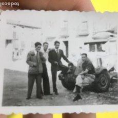 Fotografía antigua: ANTIGUA FOTOGRAFIA JOVENES POSANDO TRAJE COCHE DE EPOCA 6,3X5 CM. Lote 197023461