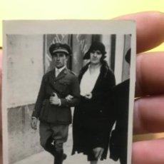Fotografía antigua: MILITAR UNIFORME RANGO PASEANDO GRAN VIA DE MADRID GORRA AÑOS 30 7,5X5 . Lote 197026860