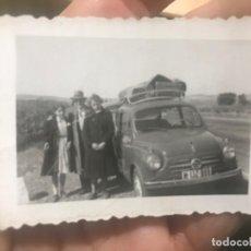 Fotografia antiga: COCHE FIAT SEISCIENTOS AUTOMOVIL CARRETERA DE BURGOS FOTOGRAFIA BACA MALETAS 1956 6,5X4,2 CM. Lote 197062262