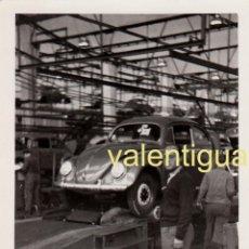 Fotografía antigua: CURIOSA FOTOGRAFÍA INTERIOR FÁBRICA VOLKSWAGEN ESCARABAJO, ALEMANIA COCHE VEHÍCULO 60S MD. Lote 197277640
