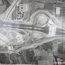 Fotografía antigua: GRAN FOTOGRAFÍA AÉREA - CARTOGRAFÍA - PEAJE MONTGAT - PRIMERA AUTOPISTA DE PEAJE DE ESPAÑA -AÑO 1969. Lote 197501882