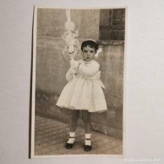 Fotografia antica: ANTIGUA FOTOGRAFIA - NIÑA CON PALMA - DIA DE RAMOS - SEMANA SANTA - AÑOS 20- 13,5 X 8,5 CM. Lote 198686855