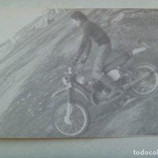 Fotografía antigua: FOTO DE HOMBRE EN MOTO PRACTICANDO TRIAL POR UN CAMPO. Lote 199242491