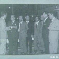 Fotografía antigua: AYUNTAMIENTO DE SEVILLA: FOTO DE SEÑORES EN DESPEDIDA DE EMPLEADOS MUNICIPALES, 1958 .. 12 X 18 CM. Lote 199243903