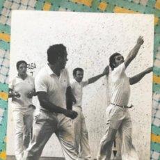 Fotografía antigua: FOTO GRANDE PELOTA VASCA FRONTON AÑOS 50 DEPORTE EUSKADI 24X18. Lote 199398927